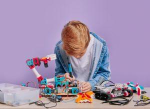 αγοράκι ασχολείται με ρομποτική