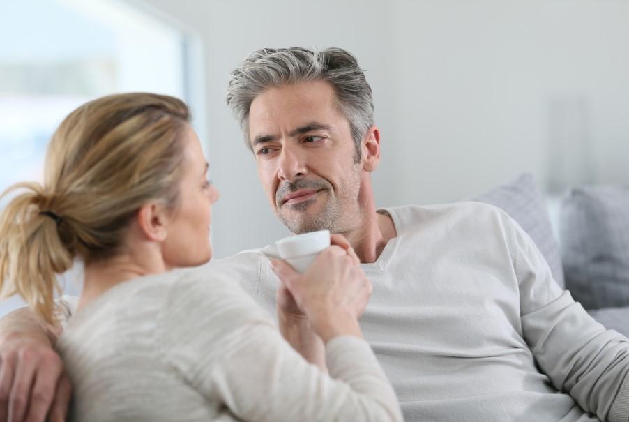 άντρας κοιτά γυναίκα