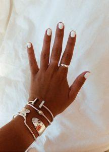 άσπρα νύχια κοντά βραχιόλια