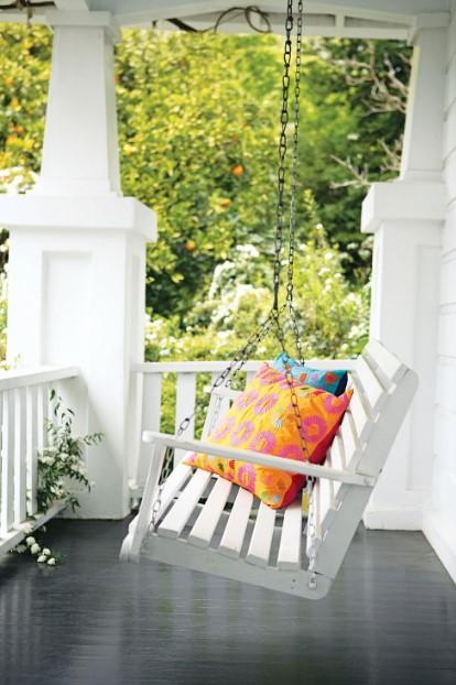 άσπρη κούνια μπαλκόνι