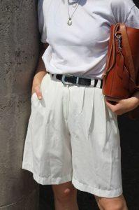 άσπρη μακρύ σορτς άσπρο T-shirt