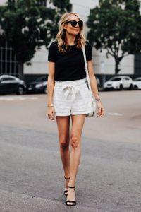άσπρο σορτσάκι μαύρο μπλουζάκι μαύρα πέδιλα