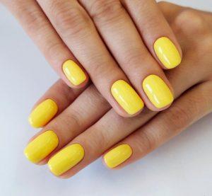 έντονα κίτρινα νύχια