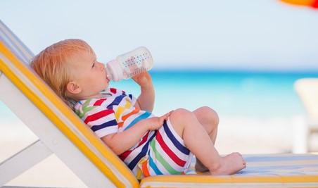 μωρακι πινει μπιμπερο θαλασσα