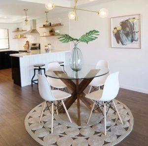 γυάλινο τραπέζι σε μικρή τραπεζαρία