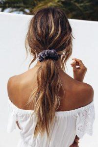 γυναίκα με πιασμένα μαλλιά με κοκαλάκι