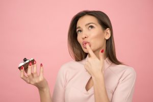 καστανή γυναίκα τρώει πάστα καταναλώνεις λιγότερη ζάχαρη