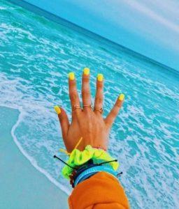 κίτρινα νύχια θάλασσα χρώματα νυχιών καλοκαίρι