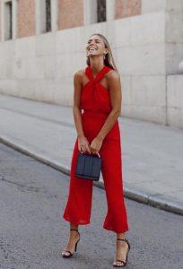 κόκκινη ολόσωμη φόρμα μαύρα πεδιλα σικ καλοκαιρινό ντύσιμο