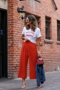 κόκκινη ζιπ κιλότ άσπρο T-shirt
