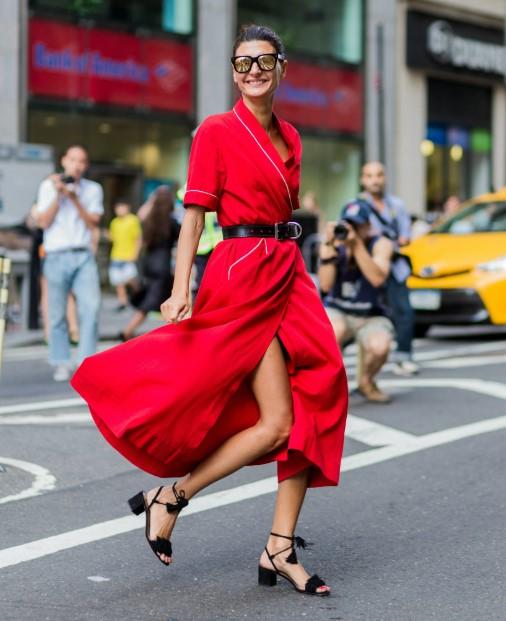 κόκκινο midi φόρεμα μαύρα παπούτσια