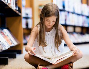 κοριτσάκι διαβάζει βιβλίο