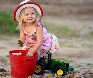 κοριτσακι σε κηπο