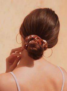 κότσος σε καστανά μαλλιά