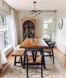 ξύλινο τραπέζι στη τραπεζαρία