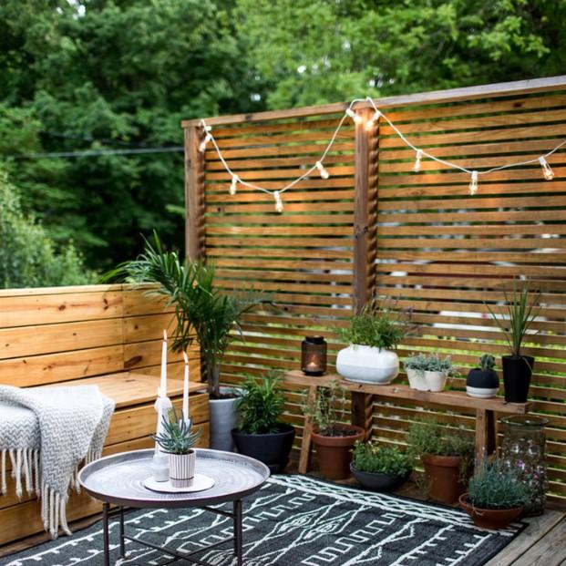 ξύλινο πάνελ φωτάκια ξύλινος καναπές διαχωριστικά κήπου