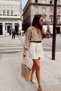 μακρύ σορτς άσπρο μπεζ πουκάμισο ζώνη σικ καλοκαιρινό ντύσιμο