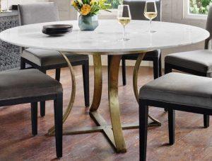 μαρμάρινο τραπέζι με χρυσές λεπτομέρειες