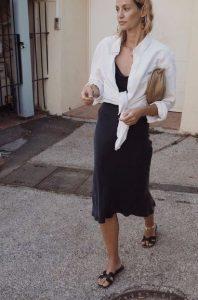 μαύρο slip dress άσπρο πουκάμισο δεμένο από πάνω