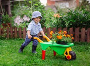 μικρό αγοράκι ασχολείται με τη κηπουρική