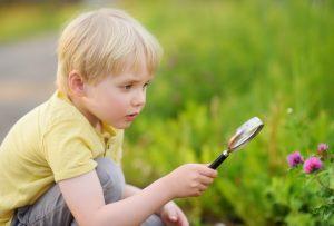 μικρό αγοράκι εξερευνεί τη φύση