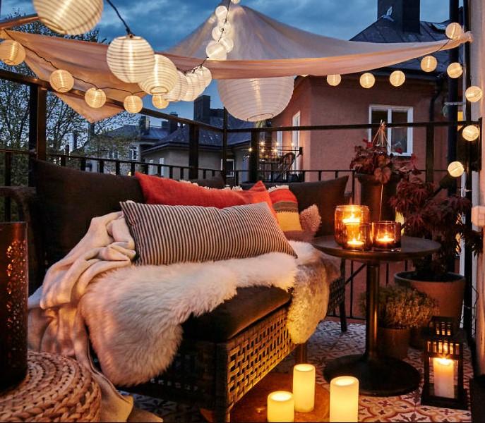 μπαλκόνι καναπές ρομαντικός φωτισμός διακόσμησης μπαλκονιού