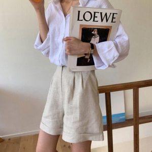 μπεζ μακρύ σορτς άσπρο πουκάμισο