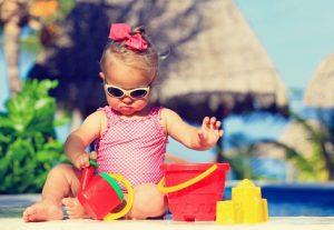 κοριτσκαι μωρακι με γυαλια και κουβαδακια