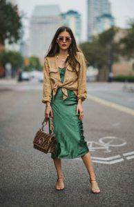 πράσινο slip dress καφέ πουκάμισο