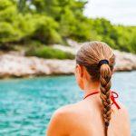 Κάνε πλεξούδα τα μαλλιά σου στην παραλία για να αποτρέψεις τους κόμπους και τη φθορά