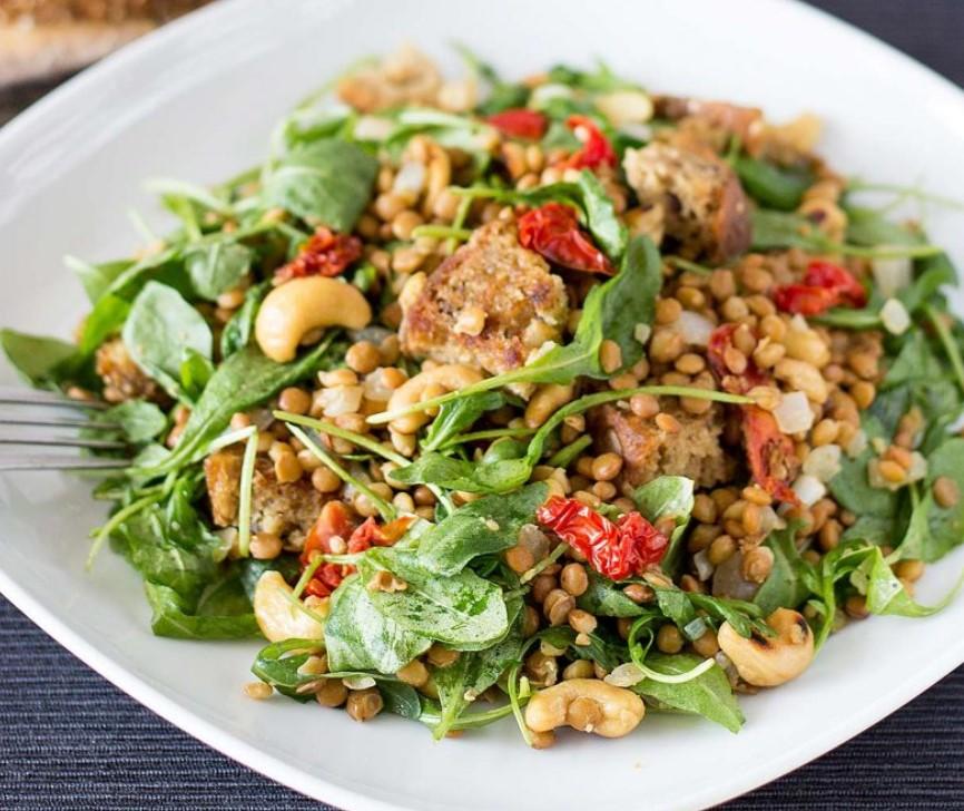 Συνταγή για σαλάτα με πρωτείνη με φακές και κάσιους
