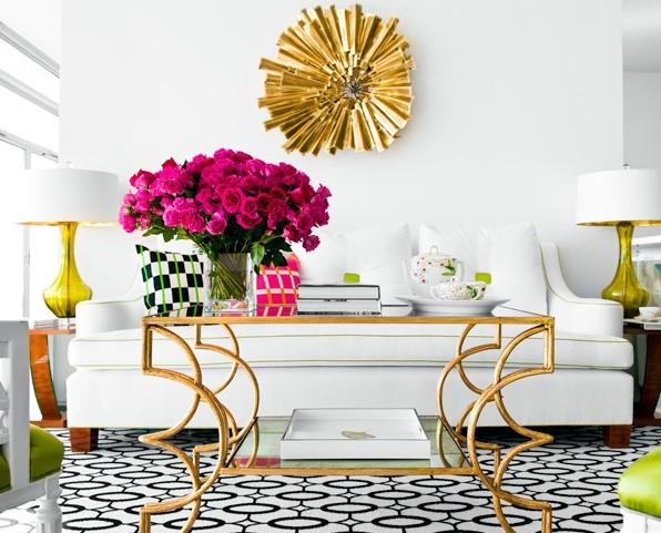 σαλόνι άσπρος καναπές μεταλλικά στοιχεία φως σπίτι