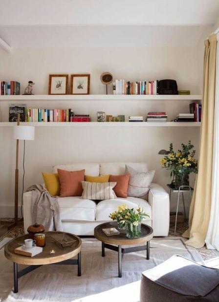 σαλόνι μικρός καναπές τραπεζάκια ράφι