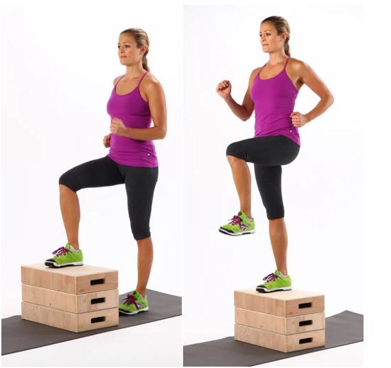 Ασκηση γυμναστικής κάνοντας steps σε καρέκλα