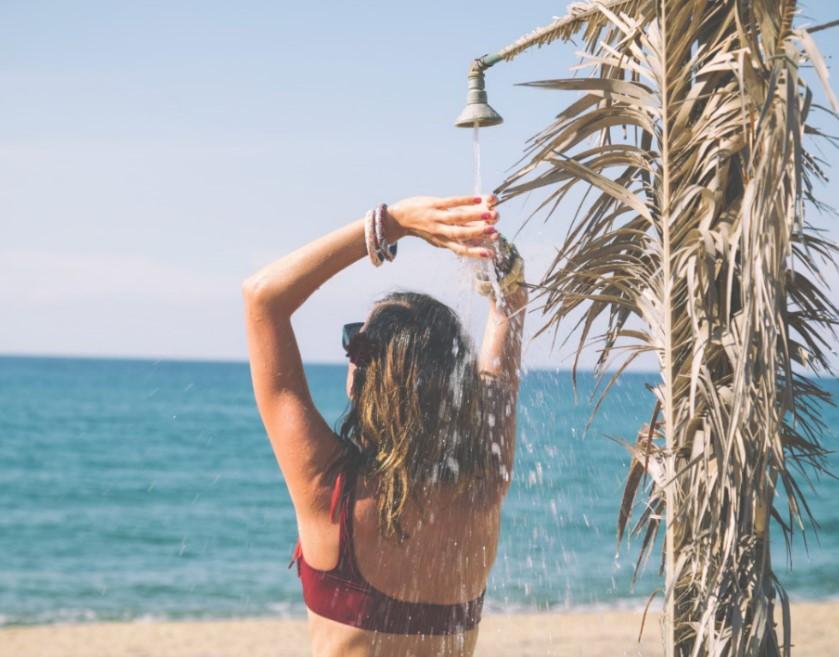 Πριν από το μπάνιο στη θάλασσα βρέξε με γλυκό νερο τα μαλλιά σου