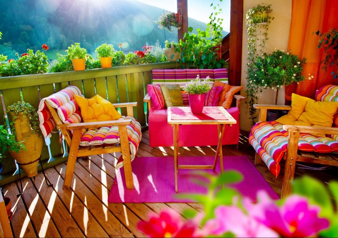 Καλοκαιρινή διακόσμηση χρωματιστα μαξιλαρια στο καθιστικό
