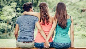 ζευγάρι αγκαλιά κορίτσι κρατιέται χέρι τρίτο πρόσωπο
