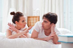 άντρας γυναίκα μιλάνε ξαπλωμένοι καταλάβεις λέει ψέματα
