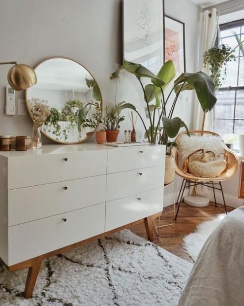 άσπρη συρταριέρα καθρέπτης φυτά