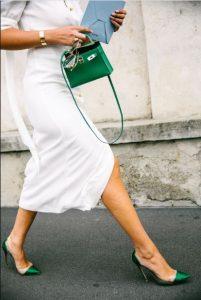 άσπρο φόρεμα μικρή πράσινη τσάντα στυλ τσάντας καλοκαίρι