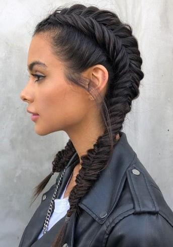 δύο πλεξούδες ψαροκόκαλο σε σκούρα μαλλιά