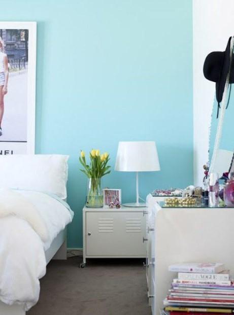 γαλάζιος τοίχος άσπρο κρεβάτι