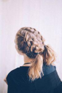 γαλλικές πλεξούδες ξανθό μαλλί μακρύ καρέ χτενίσματα