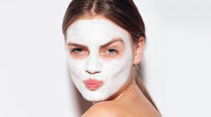 γυναίκα κάνει μάσκα προσώπου λιπαρές επιδερμίδες