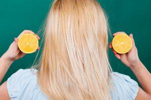 γυναίκα ξανθά μαλλιά λεμόνι φυσικές ανταύγειες