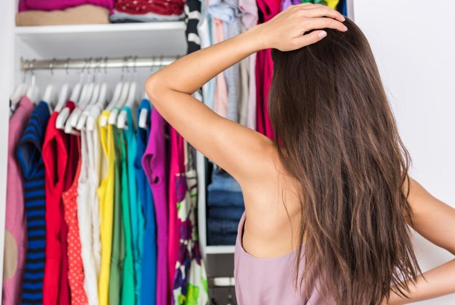 γυναίκα με πολλά ρούχα