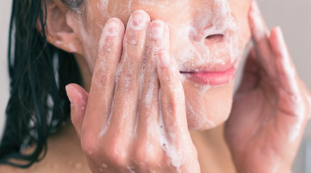 γυναίκα βάζει σαπούνι προσώπου