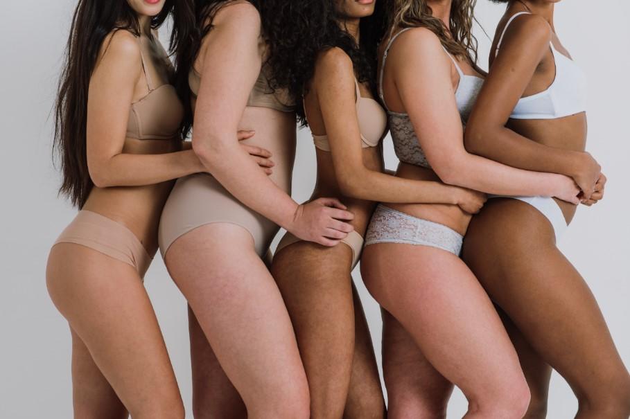 γυναικεία σώματα σε όλα τα χρώματα και όλα τα μεγέθη