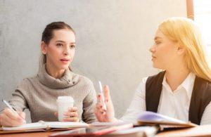 γυναίκες συζητάνε γράφουν