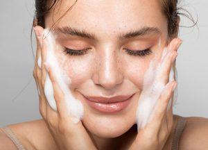 κοπέλα πλένει πρόσωπο σαπούνι